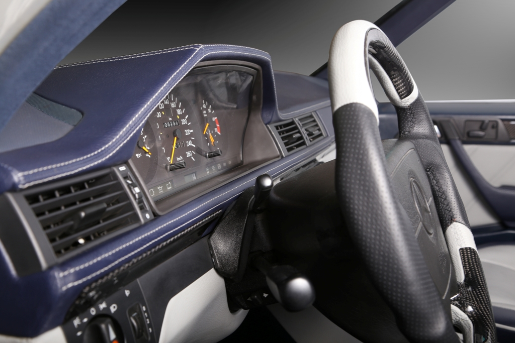 Mercedes E500 W124 - custom interior by Carbon Motors image 05